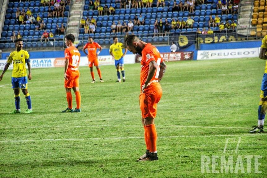 La suerte se alía con Las Palmas y deja al Málaga sin su segundo Carranza(2-0)